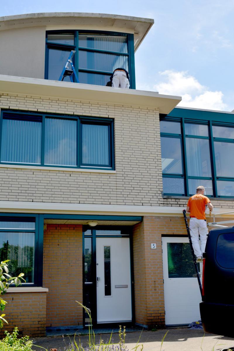 Schilders aan het werk bij woning in Kijkduin