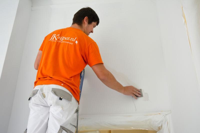 Scheuren in muur dicht plamuren