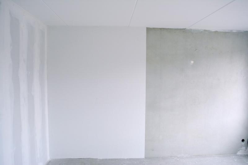 Muur met een deel glasvliefbehang