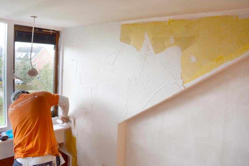 Vakman bezig met aanbrengen pleisterwerk